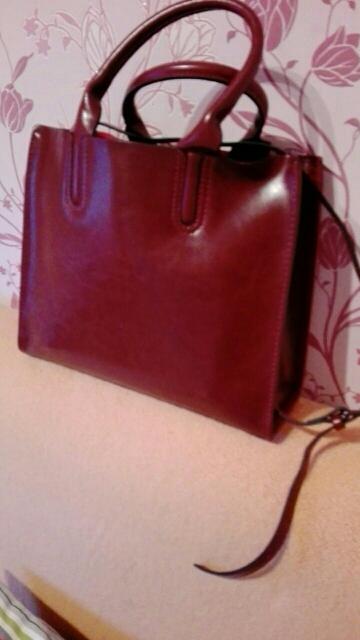 Получила то,что и ожидала.Красивая сумка,ничего лишнего,прессованная кожа.Цвет больше бордовый,чем коричневый.Упаквана была хорошо,ничего не помялось.