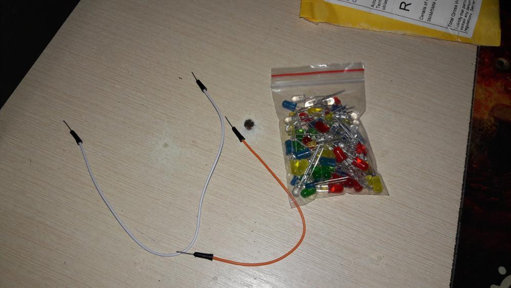Продавец хорошый, поклал в качестве подарка два кабеля для подключения к устройствам. Посылка пришла за 30 дней в город Тернополь. Светлодиодов ровно 100 штук, я доволен.