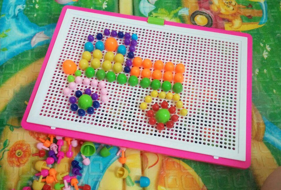 хорошая игрушка для своих 350 руб., видела в детском магазине точно такую же в 2 раза дороже. удобно, что детальки лежат в чемоданчике и не теряются. единственное что, нам прислали розовую коробочку, а у меня сын, но это ерунда :-)