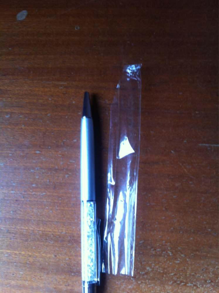 Цвет пасты черный , шел заказ 2 месяца . Ручки хорошие . Не понятно только можно ли заменить стержень или она одноразовая ?