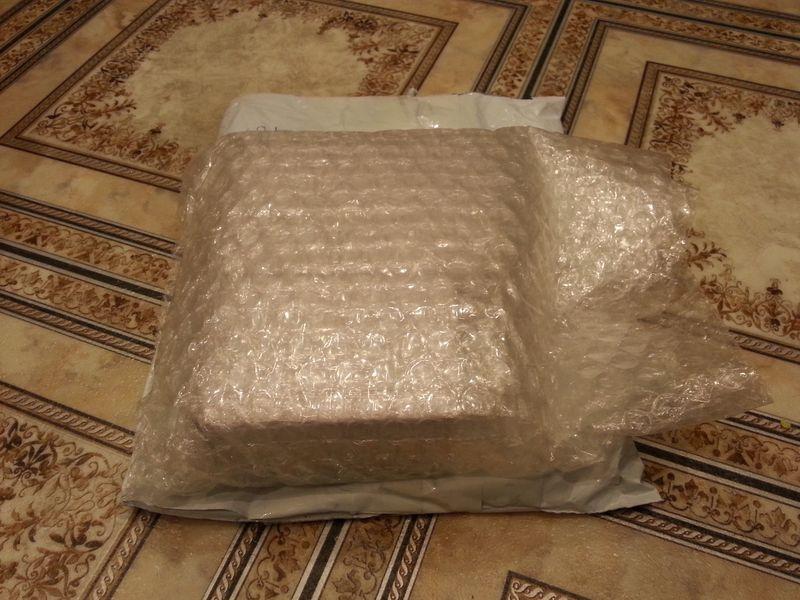Заказал 22-ноября, по треку посылка пошла с 26-го, 7-декабря уже в моем почтовом отделении (Красноярск). Трек отслеживаемый. Упаковка - пупырышков не пожалели! Хорошая упаковка. Нижняя часть - алюминий, сверху-сбоку - жестянка, выглядит нормально. Подключил - работает, напряжение - 12.1В.  Продавцу - спасибо! Рекомендую.